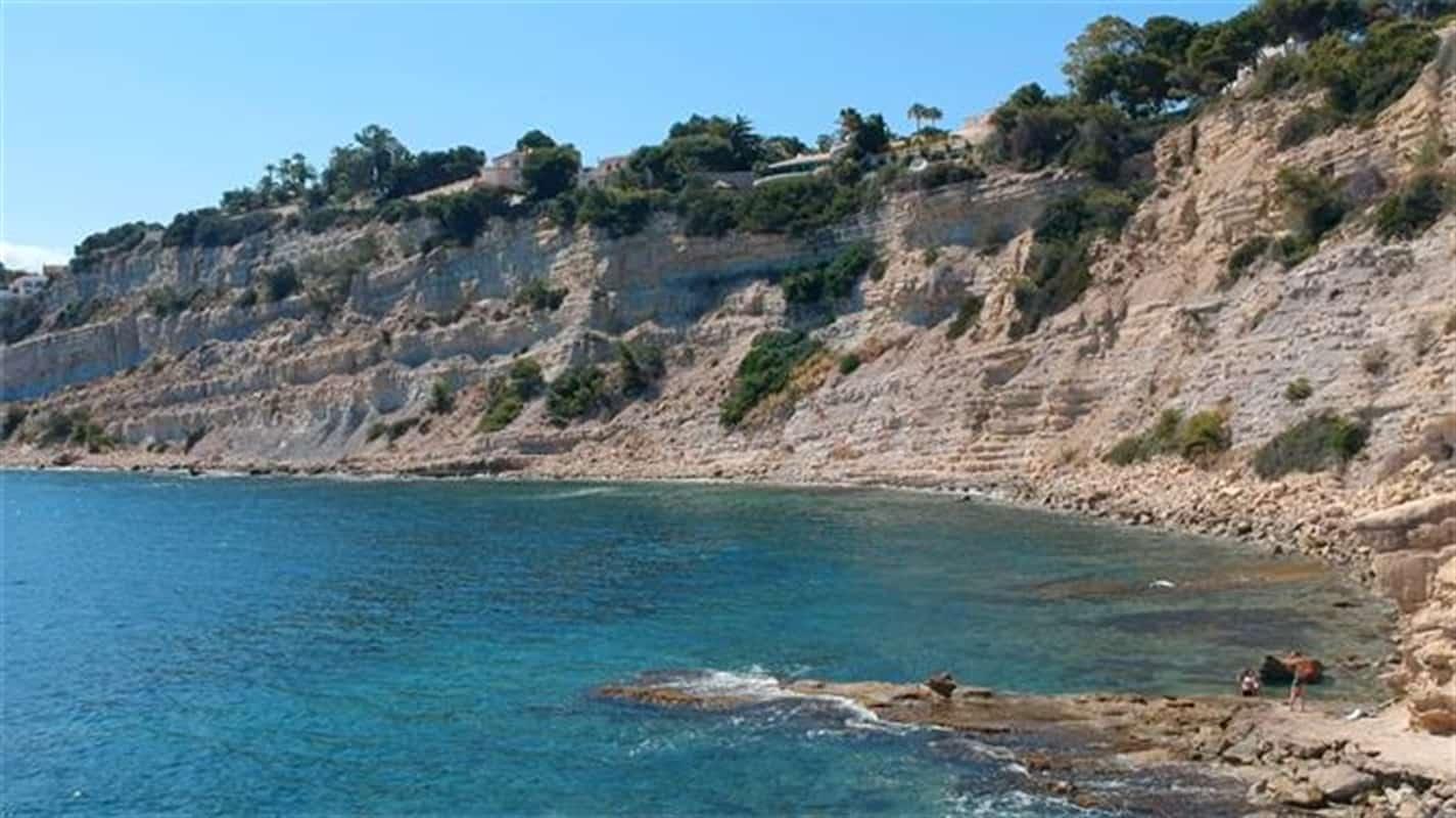 Vista de una de las calas de roca y arena de Moraira